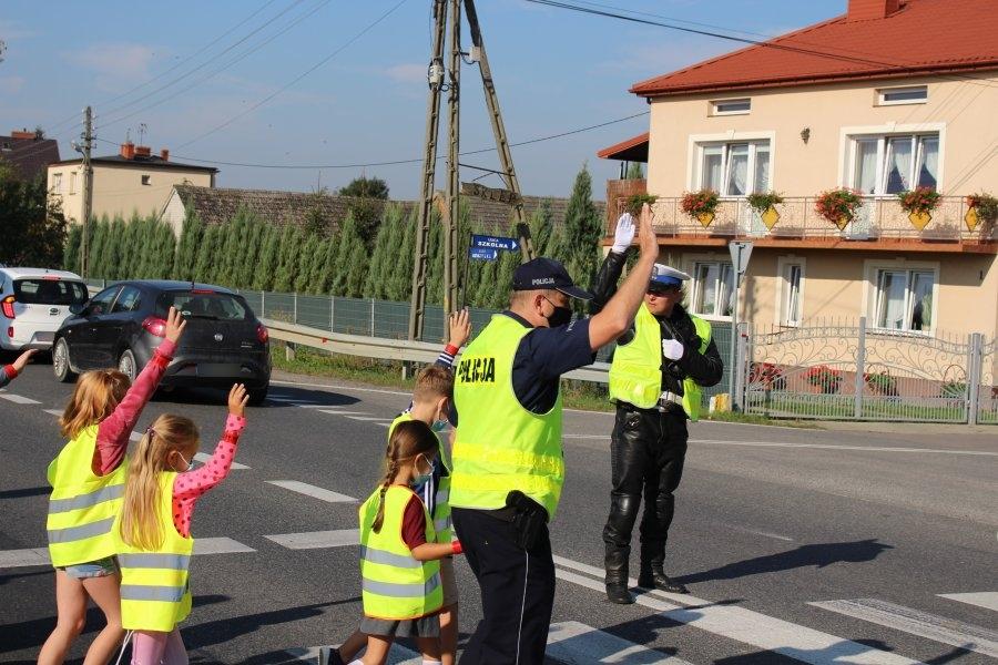 policjanci kierują ruchem