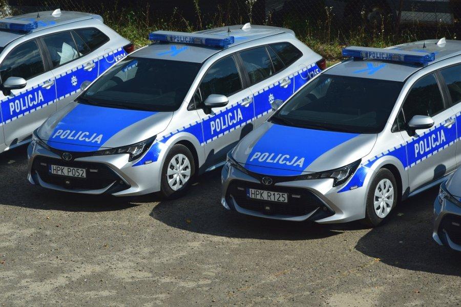 Cztery oznakowane radiowozy Toyota Corolla stojące w rzędzie - widoczne z góry