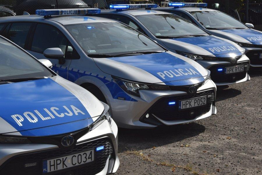 Cztery oznakowane radiowozy Toyota Corolla stojące w rzędzie