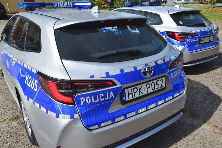 Dwa oznakowane radiowozy Toyota Corolla widok z tyłu