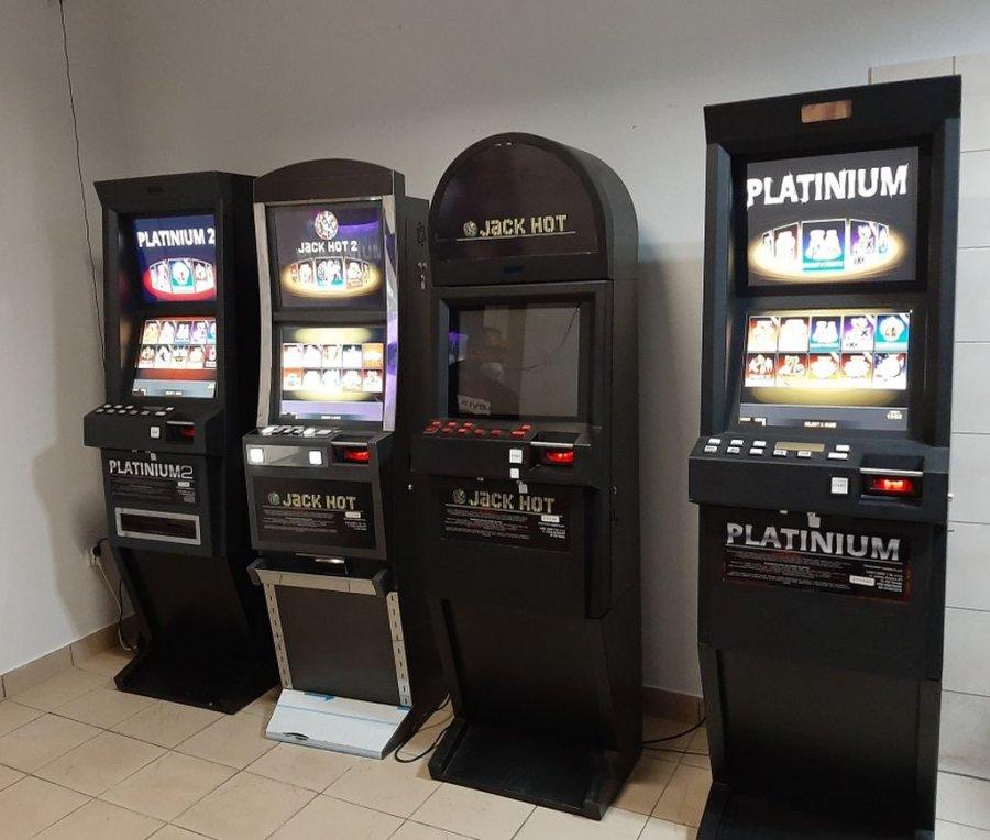 Cztery automaty do gier hazardowych