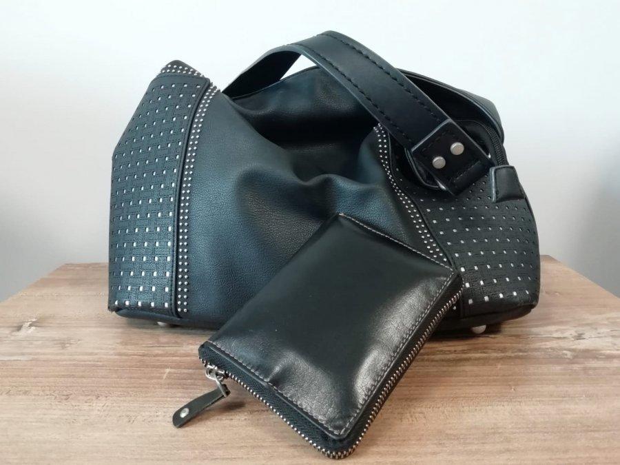 Czarna torebka i czarny portfel leżące na stoliku.