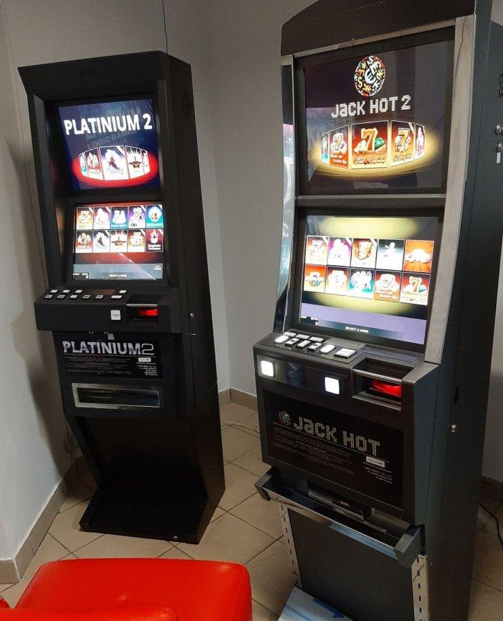 Dwa automaty do gier hazardowych