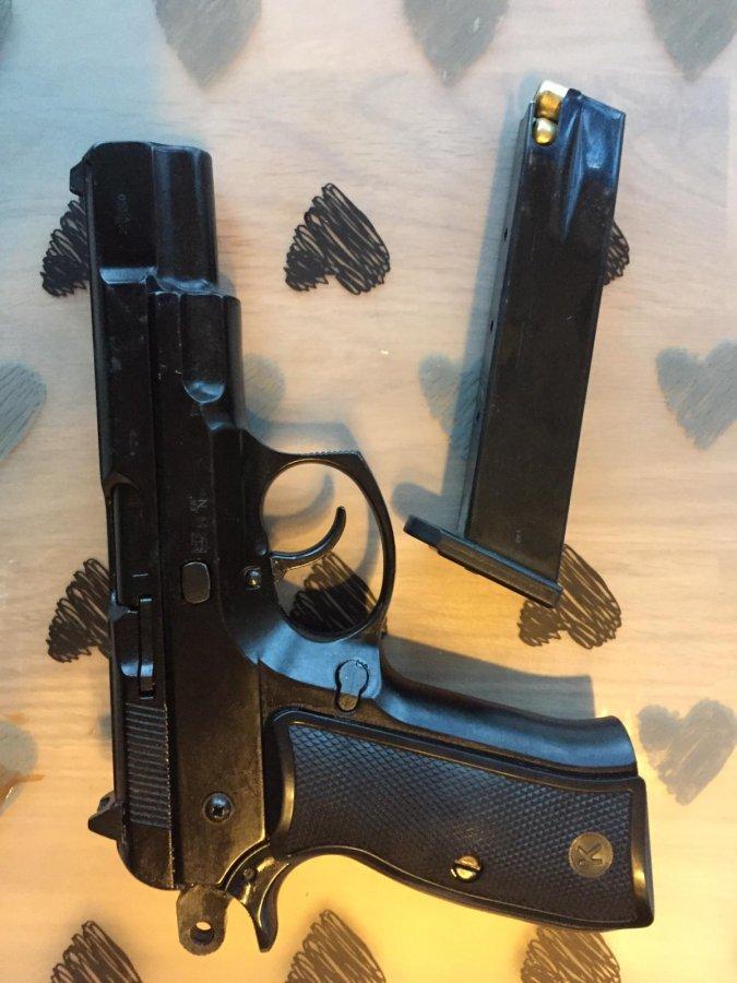 pistolet wraz z magazynkiem
