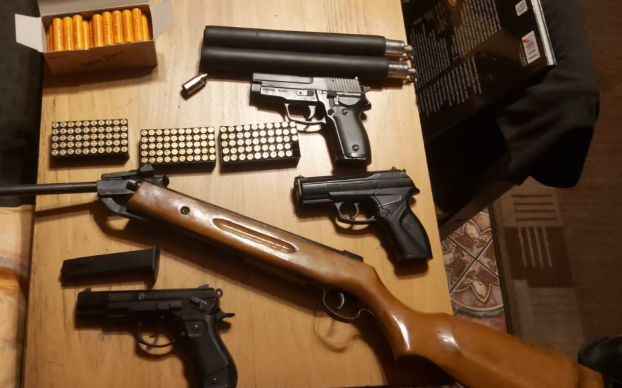 pistolety i karabiny wraz z amunicją