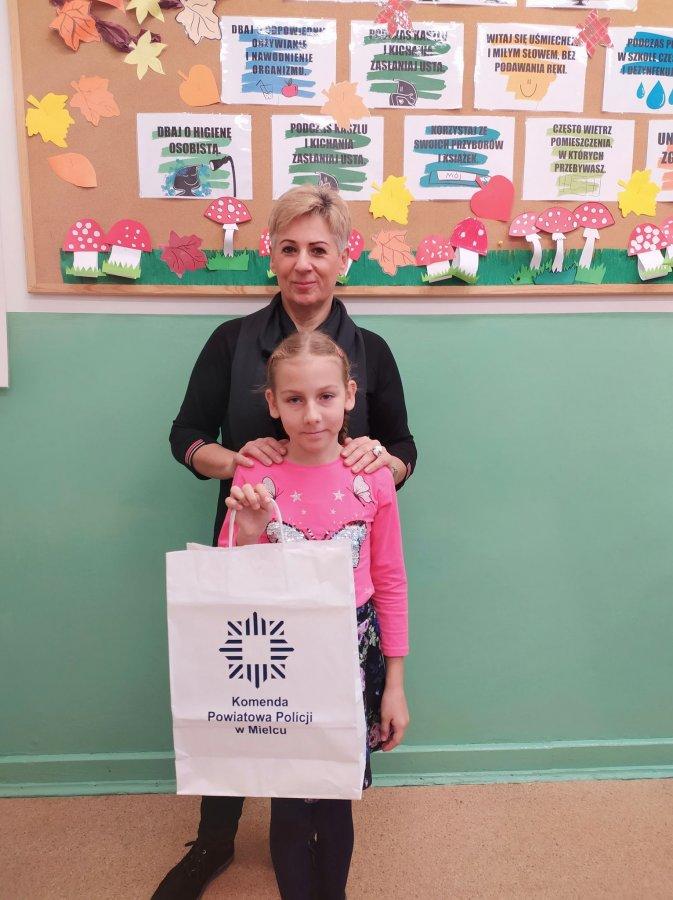 Lena Wilk z Szkoły Podstawowej w Kiełkowie, I miejsce w etapie powiatowym konkursu.