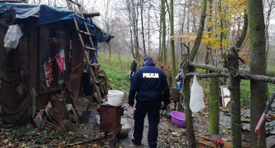 Policjant kontroluje miejsce przebywania osoby bezdomnej