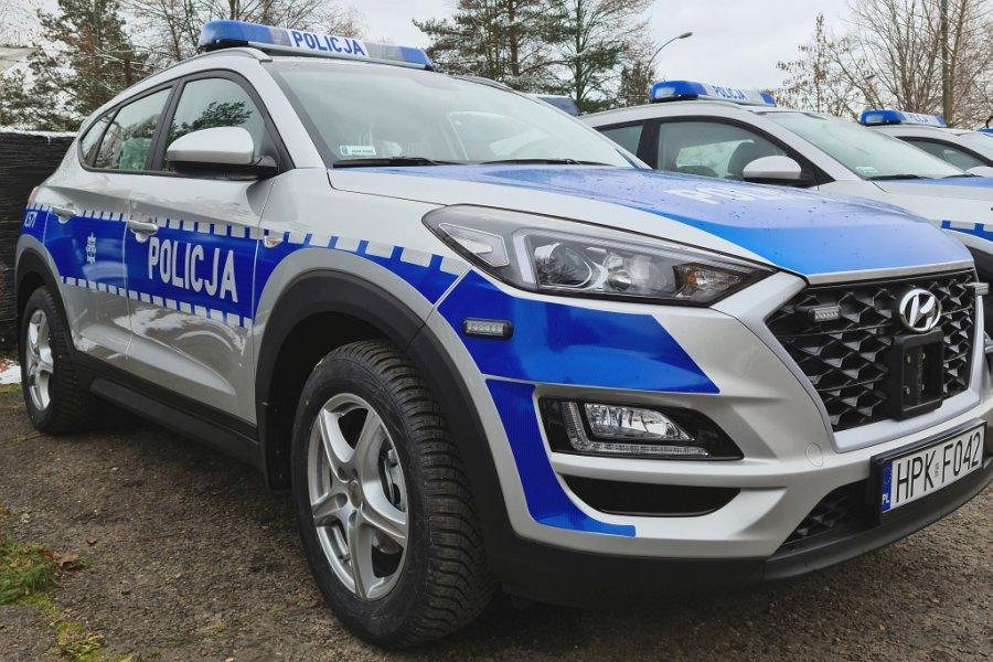 Nowe radiowozy podkarpackiej Policji. Oznakowany radiowóz widoczny od przodu.
